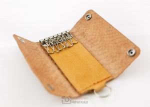 Zdjęcie produktowe skórzanego etui na klucze wykonane przez Michał Kokot - IMAGING TECHNICS - Fotografia i film dla twojego biznesu